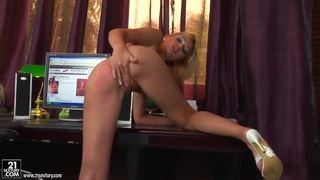 Teen blondie is fingering fresh pink pussy