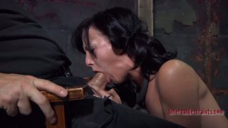 Blowjob time for submissive brunette hussy Elise Graves